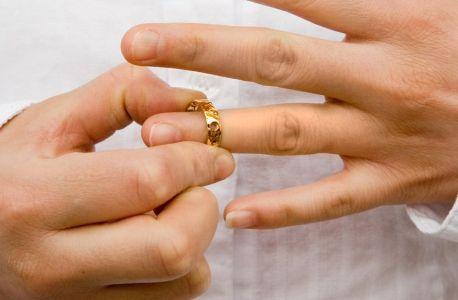 Почему муж носит обручальное кольцо после развода? фото
