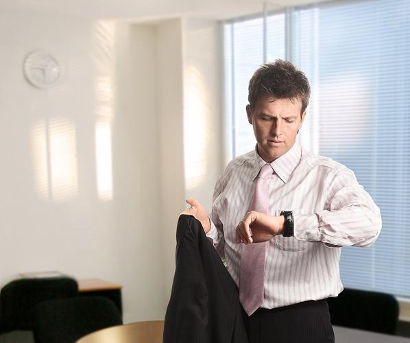 Почему муж после работы не спешит домой? - фото