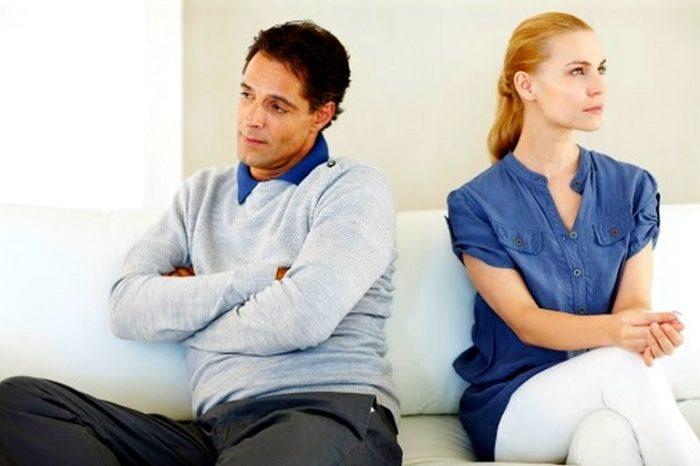 Почему бывший муж звонит после развода? фото