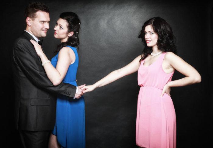 Почему жена предлагает другую женщину мужу? - фото