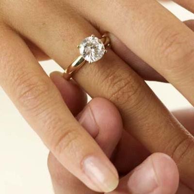 Как красиво подарить кольцо с бриллиантами? фото