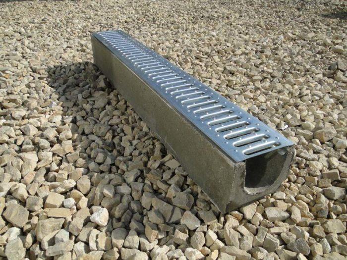 Пластиковые или бетонные водоотводные лотки: что лучше? фото