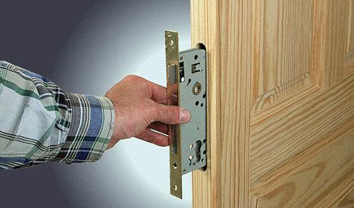 Как установить замок в межкомнатные двери самостоятельно? фото