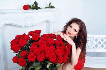 brunete-and-red-roses_