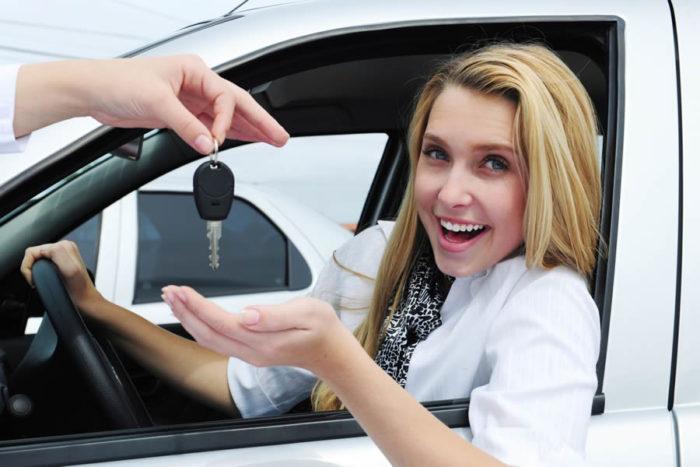 Как научиться водить автомобиль женщине? фото
