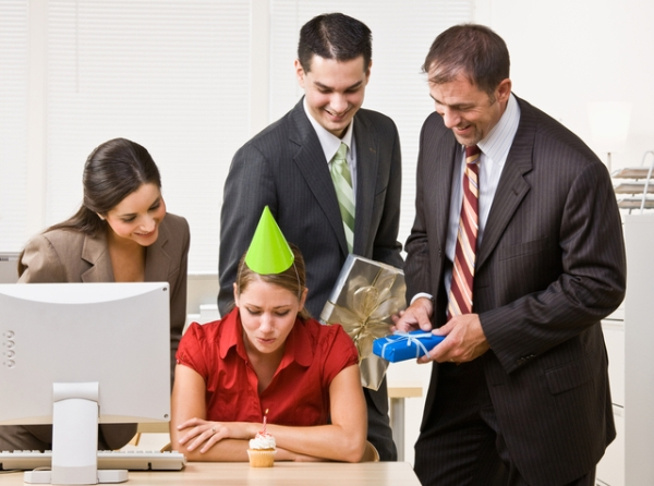 Как оригинально поздравить коллегу женщину с днем рождения? фото