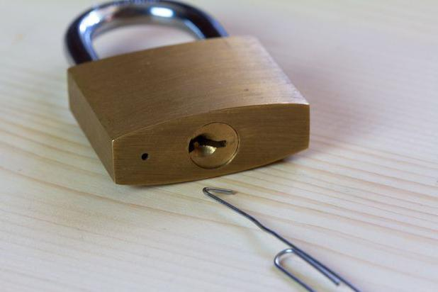 Как открыть замок без ключа скрепкой? фото