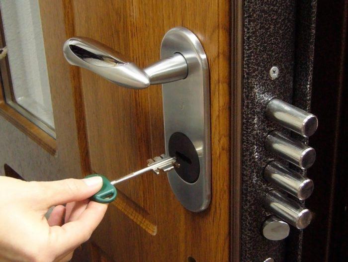 Как открыть замок в квартире без ключа? фото