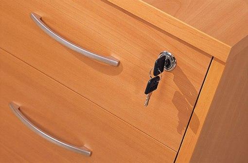 Как открыть тумбочку без ключа? фото