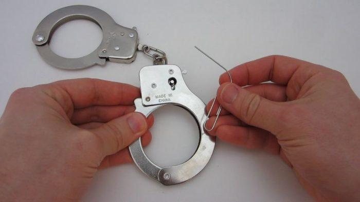 Как открыть наручники без ключа? фото