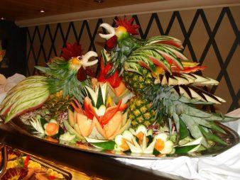 fruktovaja-tarelka-v-god-petuha