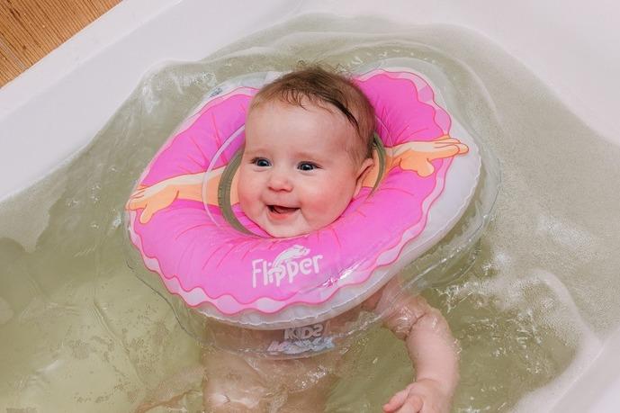 Как правильно купать ребенка с кругом на шее? фото