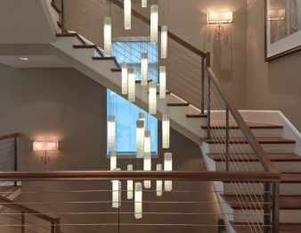 Как выбрать люстру для лестницы? фото