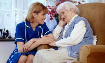 Как ухаживать за пожилым человеком с деменцией? фото