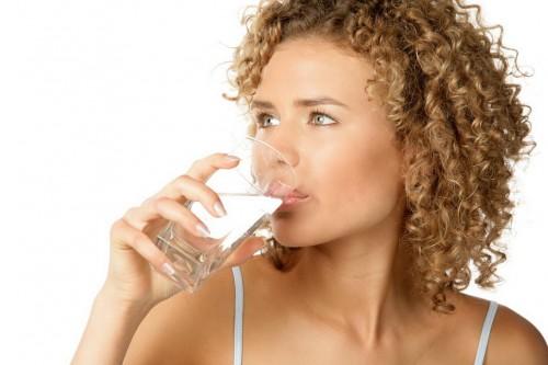 человек пьет много воды