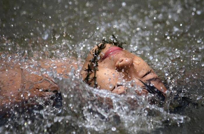 женщина купается в воде