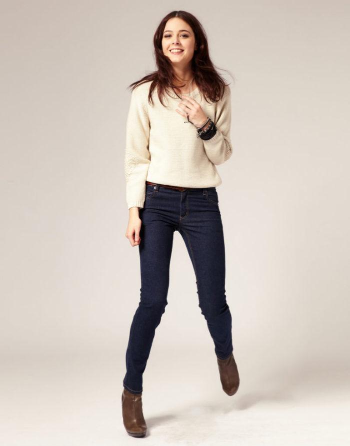 стройная девочка в джинсах