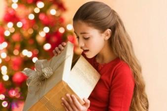 девочка с подарком 9 лет