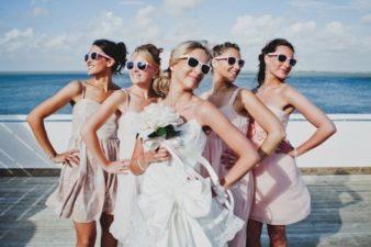 гости-во-время-свадебной-фотосессии