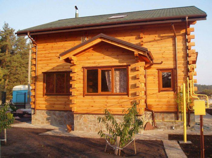 na-foto-derevyannyy-dom-iz-brusa-200h200